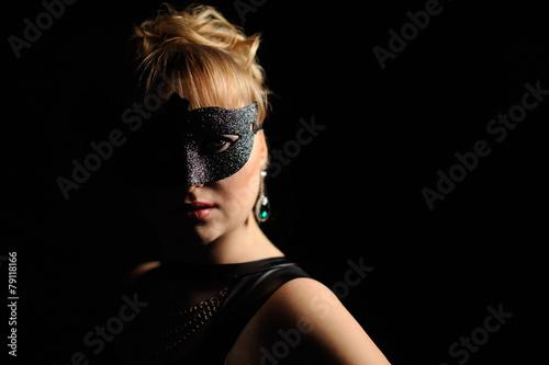 Portret tajemniczej pięknej kobiety w masce