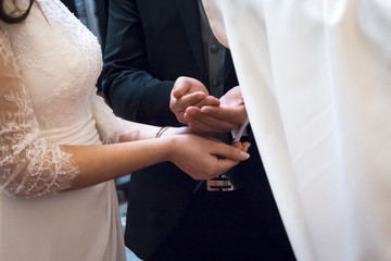 Puesta de los anillos en la ceremonia de la boda