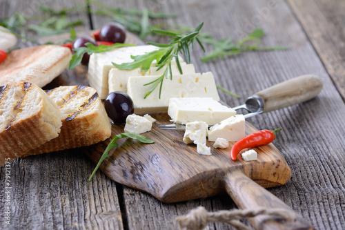 Staande foto Zuivelproducten Rustikale Brotzeit mit Fetakäse