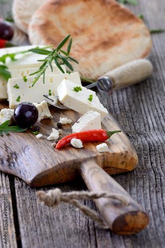 Staande foto Zuivelproducten Griechische Brotzeit mit Feta