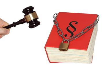 Gesetzbuch mit Kette und Hammer