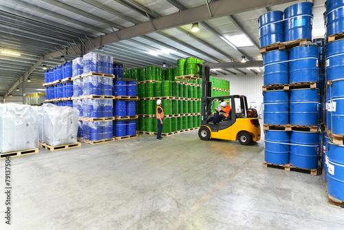 Arbeiter im Warenlager // Workers in logistics - 79137504