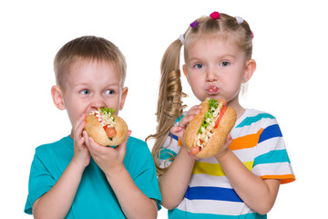 Children eat hot dogs
