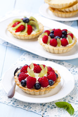 Delicious tartlets with fruit and cream mascaropne