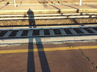 Ombra attraversa i binari ferroviari