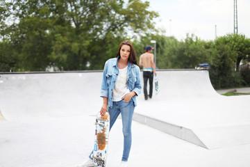 Mädchen mit Jeans im Skaterpark