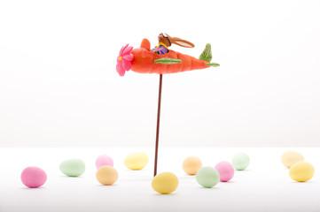 """Fliegender Osterhase in einem """"Möhrenflugzeug"""""""