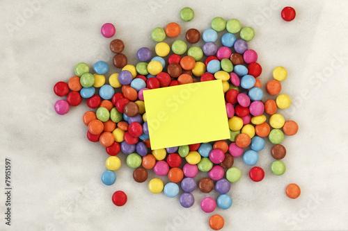 Schokolinsen, Smarties auf Marmor, Notizzettel - 79151597