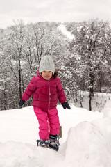 Bambina che gioca sulla neve