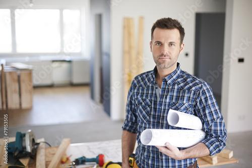 mata magnetyczna Pracownik budowlany jest gotowy na rozpoczęcie dnia w pracy