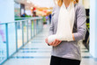 Woman with broken arm - 79159130