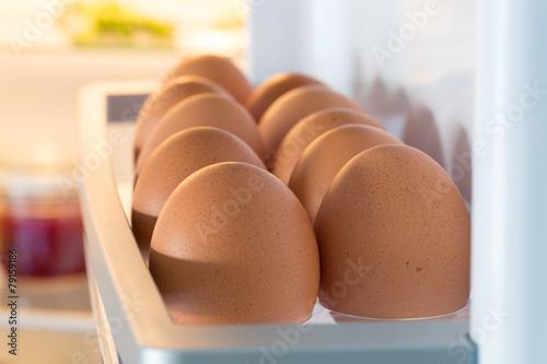 Geöffneter Kühlschrank gefüllt mit Eiern - 79159186