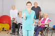 Krankenschwester im Pflegeheim hält Daumen hoch