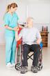 Alter Mann im Rollstuhl bei Physiotherapie