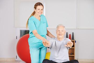 Krankenschwester trainiert Senior bei Physiotherapie