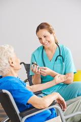 Test für Blutzucker bei alter Frau im Pflegeheim