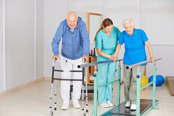Senioren auf Laufband bei Krankengymnastik