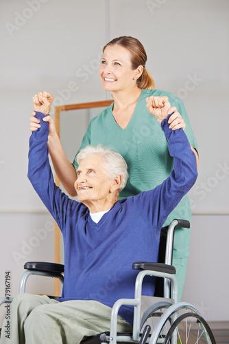Leinwanddruck Bild Alte Frau bei Krankengymnastik im Pflegeheim