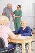 Senioren spielen Bingo im Pflegeheim