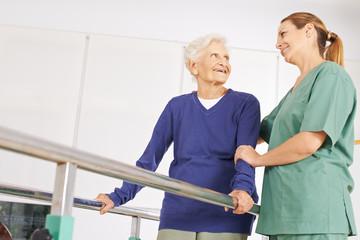 Alte Frau bei Bewegungstherapie im Pflegeheim