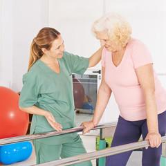 Physiotherapeut macht Krankengymnastik mit Frau