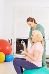 Alte Frau beim Rückentraining im Pflegeheim