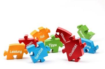 Die wichtigsten Stärken eines Unternehmens auf Puzzleteilen