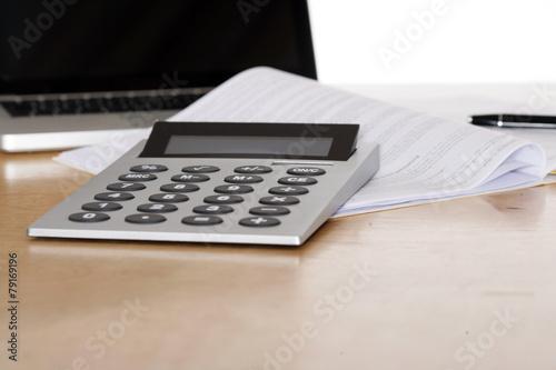 Leinwanddruck Bild Taschenrechner und Vertrag