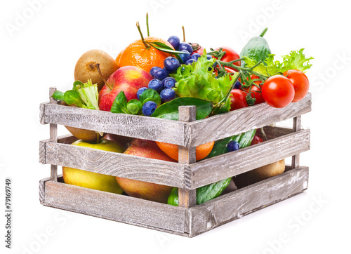 Staande foto Keuken Obst und Gemüse in Holzkiste