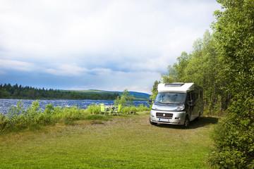 Reisemobil am Fluß