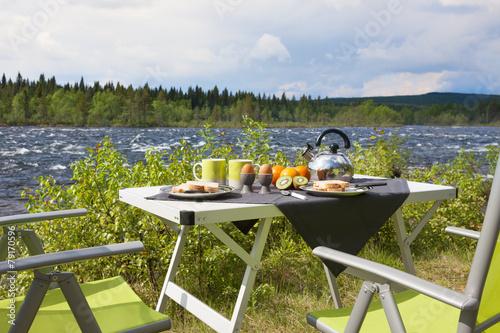 Fotobehang Picknick Campingfrühstück am Fluß