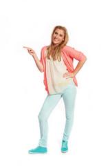 Junge Frau mit rosa Strickjacke