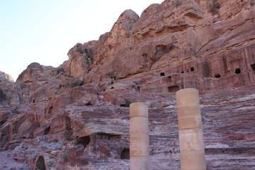 Колонны у древнего амфитеатра в городе Петра