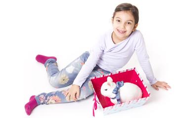 bambina con coniglietto pasquale