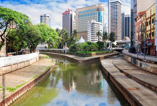 Papiers peints Autre Klang(Kelang) river and Mosque Jamek among modern buildings in K