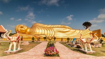 Timelapse of passing cloud over gold reclining buddha at Wat-lam