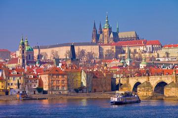 Prague, pont Charles, château et cathédrale vus du quai Smetana