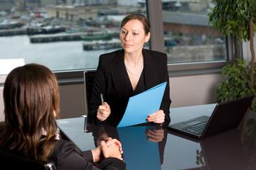 Unternehmerin bewertet Leistung eines Arbeitnehmers