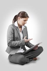 Sitzende Frau mit Zornigem Gesicht