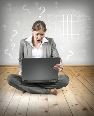 Frau sitzend vor Laptop