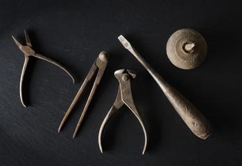 alte Werkzeuge auf Schiefer