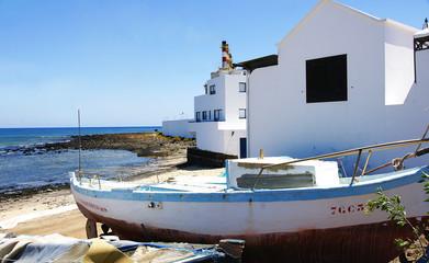 Barca junto a una casa en Arrecife, Lanzarote