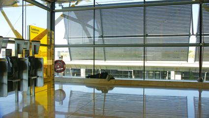 Hombre durmiendo en la t4 del aeropuerto de Madrid