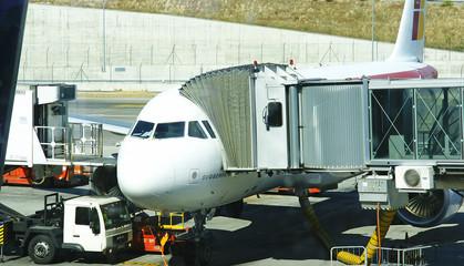 Avión en posición de embarque en la t4 de Madrid
