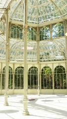 Interior del palacio de cristal del Retiro en Madrid