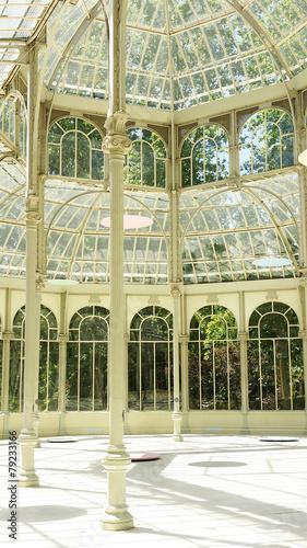 Interior del palacio de cristal del Retiro en Madrid - 79233166