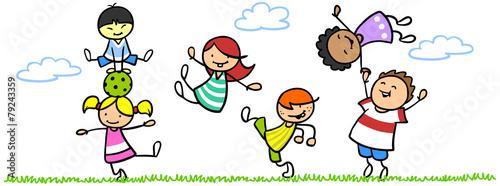 Lachende Kinder in Bewegung in der Natur Stockfotos und