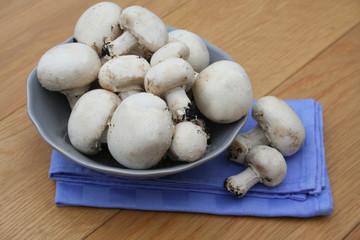 funghi Champignon su tavolo di legno