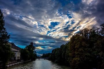 Deutsches Museum mit dramatischem Abendhimmel