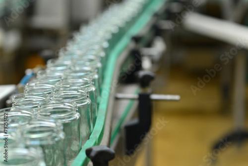 leere Gläser auf Fliessband in d. Lebensmittelindustrie - 79255122